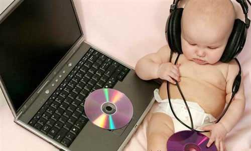 和孩子蹦蹦跳跳一起玩音乐