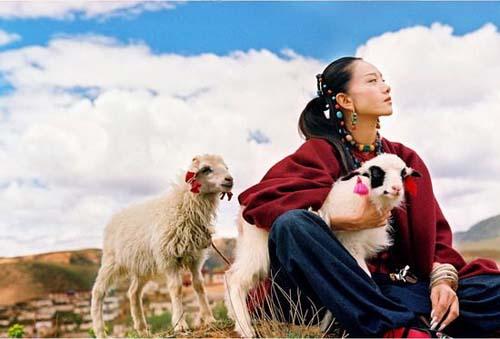 杨丽萍离婚多年 57岁身形轻盈似少女_插图